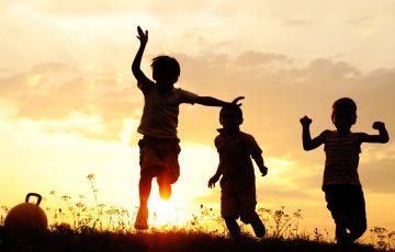 bambini-tramonto-amicizia-associazione-vittoria-onlus