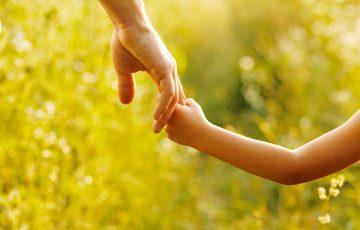 mani-famiglia-aiuto-felicita-famiglia-associazione-vittoria-onlus-aiuto-malattia